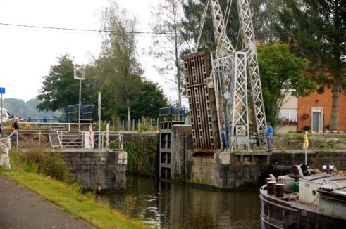 Muss mit der Hand bewegt werden: eine Klappbrücke am Kanal von Blaton nach Ath