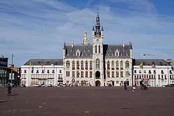 Neues Rathaus mit Glockenturm am Grote Markt
