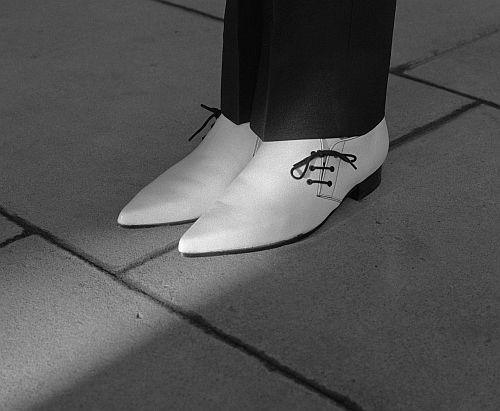 Das Foto der weißen spitzen Schuhe erinnert Sie an etwas?